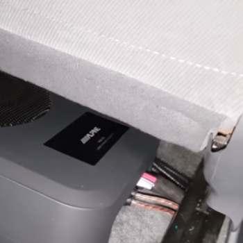 Como queda el cableado de un subwoofer debajo de un asiento de coche