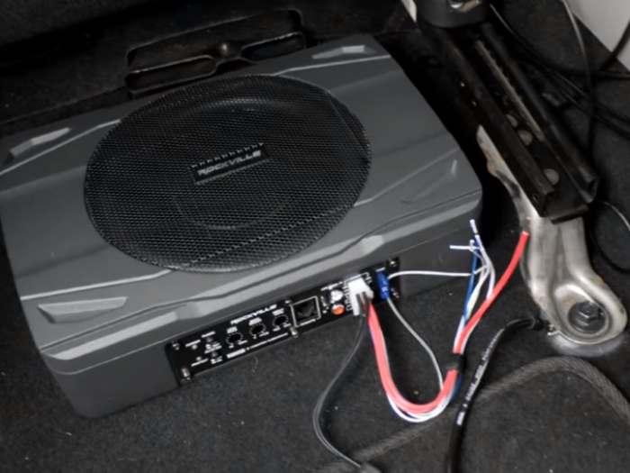 Panel de control y cableado de subwoofer Rockville SS8P instalado debajo del asiento de una camioneta