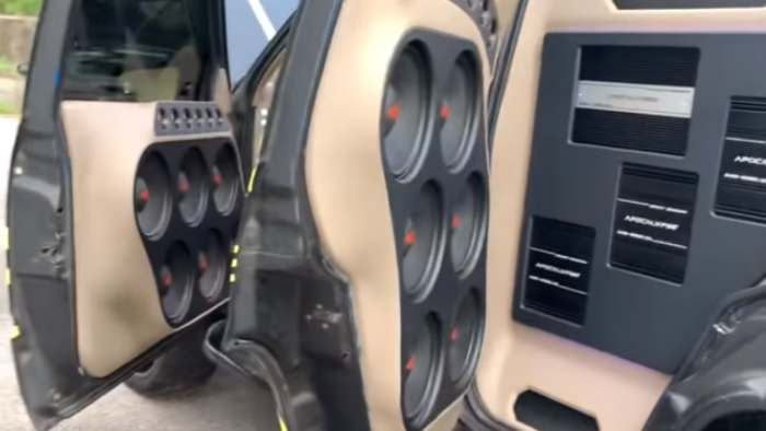 Serie de 6 subwoofers en las puertas de un coche
