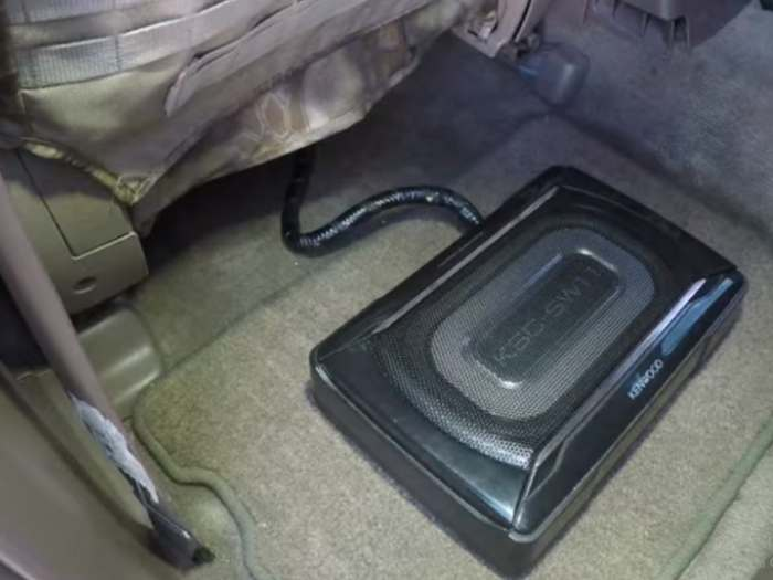 subwoofer coche bajo asiento conexion plug and play