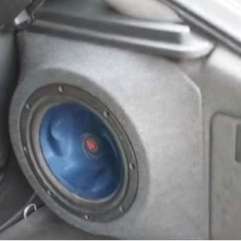 subwoofer pasivo en el maletero de un coche